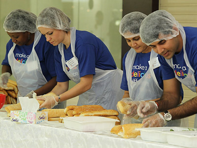 Kraft volunteers prepare meals for the needy in Dubai.