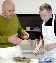 Famed chef Simon Rimmer (l.) offers contestants tips.