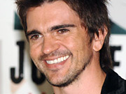 Latino recording artist Juanes talks up the multilingual gizmo to Generation Y.