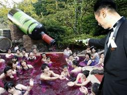 Hakone Kowakien Yunessun's wine 'amusement bath.'