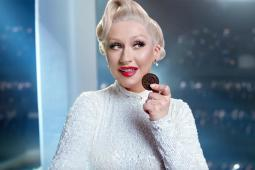 Christina Aguilera has a knack for dunking.