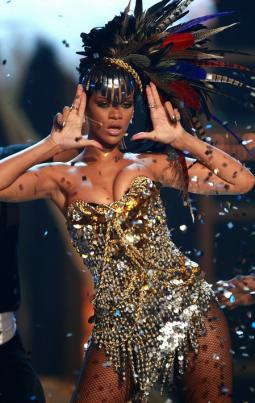 Rihanna performs at Fashion Rocks