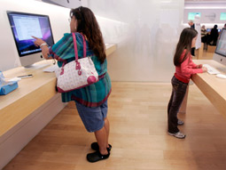 The clean, simple and friendly experience of the Apple store is only one factor persuading consumers to make the switch to Mac.