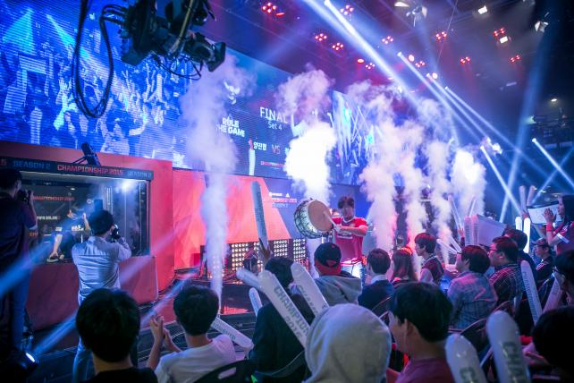 Fans cheer as Yang Jin Hyeob, left behind glass, wins the final round of the Electronic Arts Sports FIFA Online Championship at the Nexon Co. e-Sports Stadium in Seoul on Oct. 17.