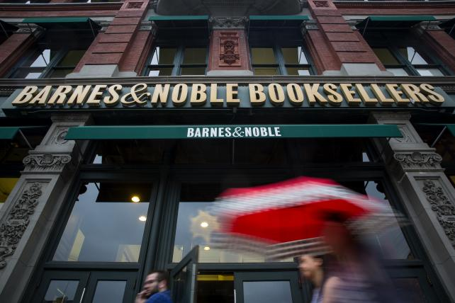 Barnes & Noble dives as it forecasts more gloom ahead