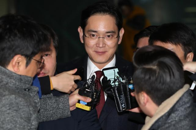 Jay Y. Lee, co-vice chairman of Samsung Electronics Co., center, is surrounded by members of the media as he leaves the special prosecutors' office in Seoul, South Korea, on Friday, Jan. 13, 2017.