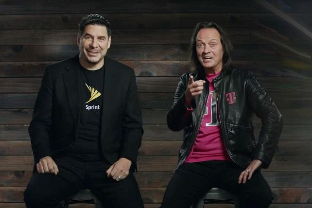 Sprint CEO Marcelo Claure (l.) and T-Mobile CEO John Legere.